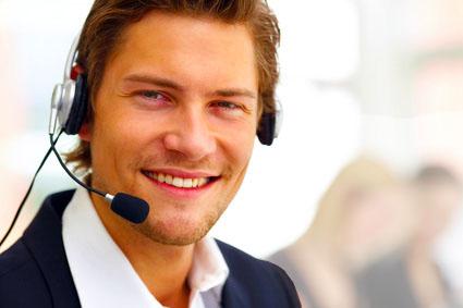 Freundlich lächelnder Mann mit Telefon-Headset